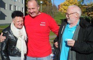 Dennis Tengbring, längst till höger, speditör från Göteborg och nummer 7 på SKP:s riksdagsvalsedel, i samspråk med grannar i stadsdelen Bergsjön i samband med utdelning av valtidningen.