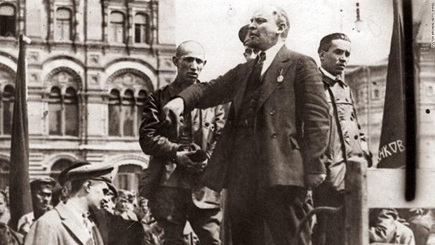 Lenin talar på ett gatumöte.