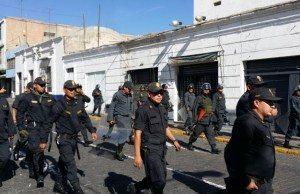 På Arequipas gator syns poliser som ska hålla demonstrationerna under kontroll.