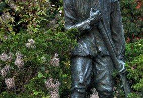 Statyn Snapphanen av Axel Ebbe står i Hembygdsparken i Hässleholm och föreställer Lille Mats. Bilden är producerad av David Caster
