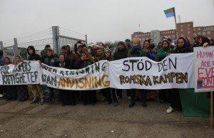 Det har under dagen även samlats medborgare som på olika sätt försökt hjälpa romerna.