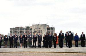 USAs delegation på Revoluionsplatsen i Havanna, betygade José Martí sin vördnad, med Che i bakgrunden.