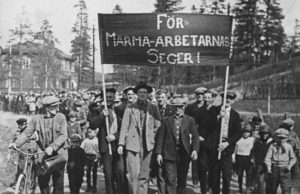 """Man tågade med banderollen """"För Marma-arbetarnas seger"""". Arbetarna tog sig in på fabriksområdet och polis på plats kunde inte skydda strejkbrytarna."""