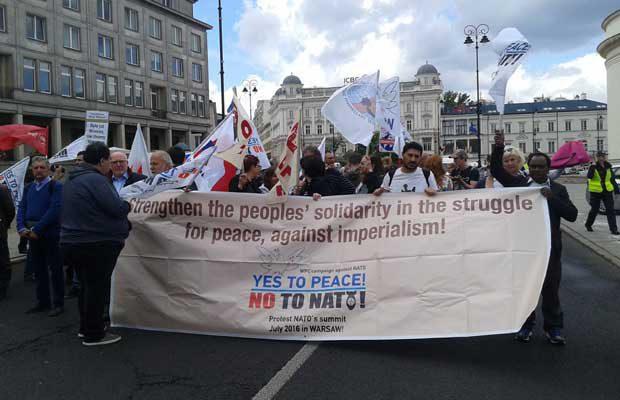 Världsfredsrådets grupp med banderoll i demonstrationen mot NATO -toppmötet.