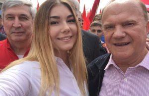 Den framgångsrike styrkelyftaren Maryana Naumova (i mitten) stödjer kommunisterna, här tillsammans med Gennady Zyuganov (till höger).