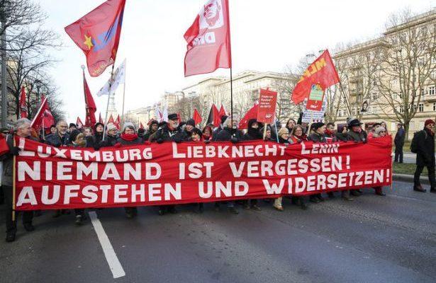 Demonstration i Berlin för att hedra minnet av Rosa Luxemburg och Karl Liebknecht. På banderollen står det: Luxemburg – Liebknecht – Lenin/Ingen av dem är glömd!/Res er och gör motstånd!