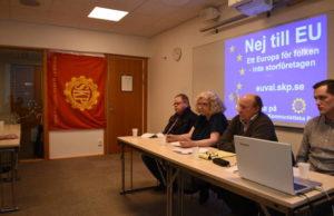 Partiets toppkandidater och partiordförande vid presskonferensen.