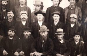 Många gruvarbetare hade jobb i Persbergsgruvan, som var en av de största i Sverige under senare delen av 1800-talet. Järnmalmsgruvan lades ned 1980.