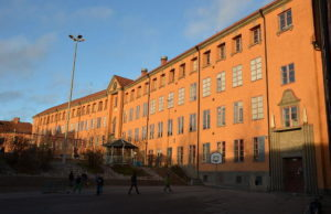 Mälarhöjdens skola, Stockholm. Foto: Bengt Oberger [CC BY-SA 3.0 (https://creativecommons.org/licenses/by-sa/3.0)]