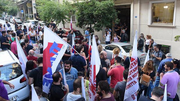 Demonstranter forcerade ingången och ockuperade byggnaden.