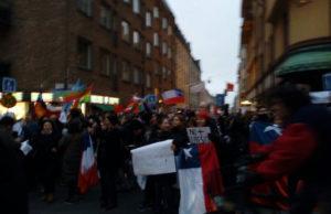 En stor och kraftfull demonstration ägde rum utanför Chiles ambassad i Stockholm den 21 oktober. Foto: Riktpunkt