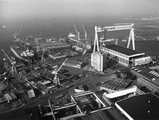 Vy över varvsområdet i Malmö med bockkranen ovanför dockan. Foto från mitten av 1970-talet.