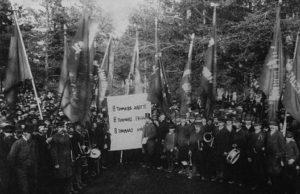"""Illustrationsbild: Första maj 1890 i Sundsvall. På skylten står det att läsa """"8 timmars arbete, 8 timmars frihet, 8 timmars hvila""""."""
