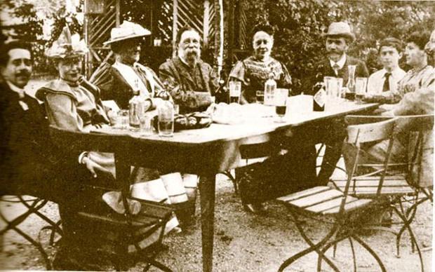 Från vänster till höger: Bebels svärson, Bebels dotter, Clara Zetkin, Friedrich Engels, Julie Bebel, August Bebel, Ernst Schatter, Regine Bernstein och Eduard Bernstein. Zürich 1893.