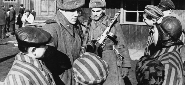 Soldater ur Röda Armén befriar människor i Auschwitz.