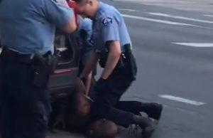 En skärmdump från en video där man ser den icke beväpnade svarta mannen George Floyd tryckt vid marken av en vit polis i Minneapolis, USA.